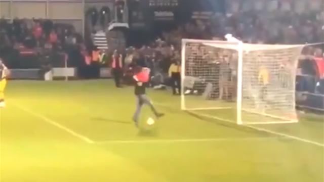 Пьяный фанат выбежал на поле, довел мяч до ворот и сделал идеальный финт Гатагова