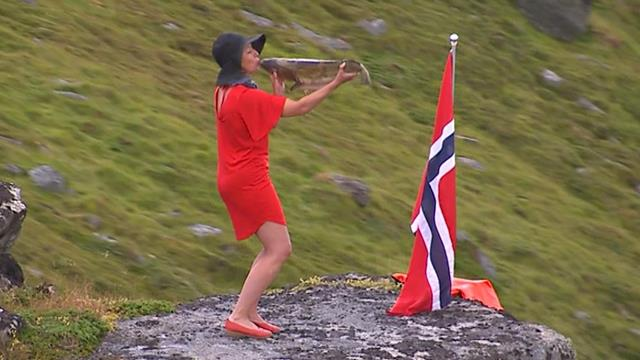 Fan kisses salmon during Arctic Race of Norway!