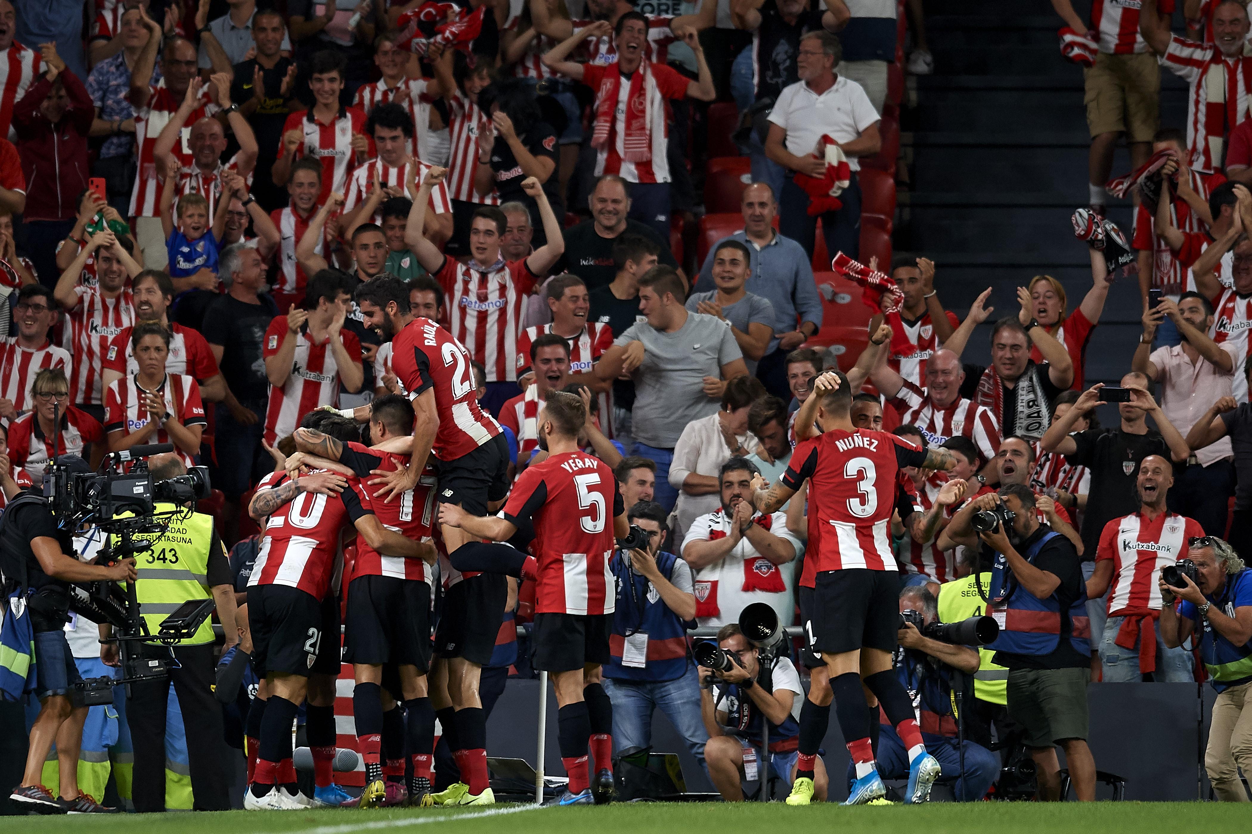 Les joueurs de l'Athletic Bilbao fêtent le but d'Aritz Aduriz face au FC Barcelone lors de la 1re journée