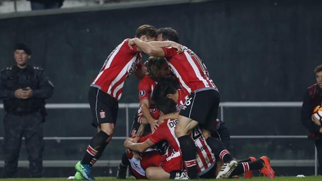 Estudiantes goleó a Independiente en el final de la jornada