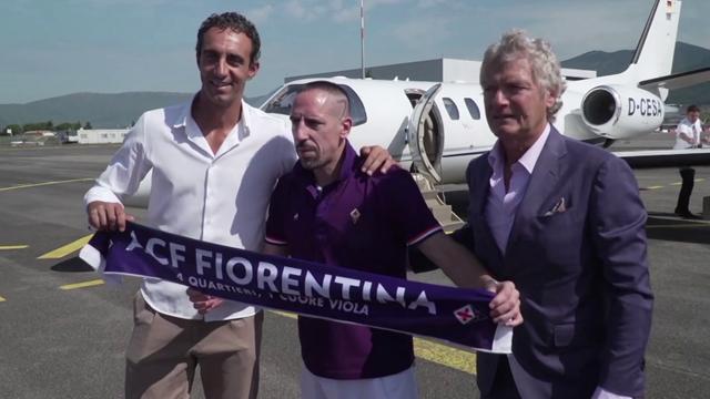 Ribéry comienza su aventura en la Serie A y posa con la camiseta de la Fiorentina