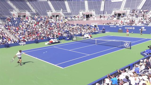 Roger Federer acclamato al Grandstand durante l'allenamento