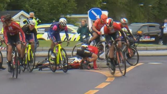 Tour de Noruega: Contra la acera y con su bici y una rival cayéndole encima, ¡durísimo accidente!