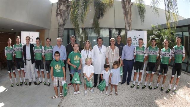 Vuelta a España 2019: Los ciclistas del Caja Rural visitan a los niños del Hospital de Torrevieja