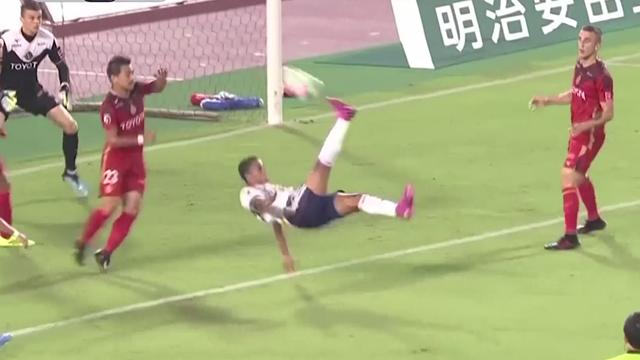 Erik Lima scores stunning bicycle kick for Yokohama Marinos