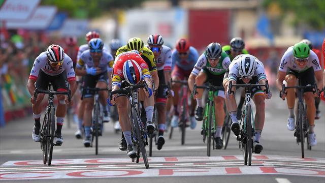 Kruijswijk si ritira, Uran cade, ma Jakobsen vince la volata: Roche mantiene la roja