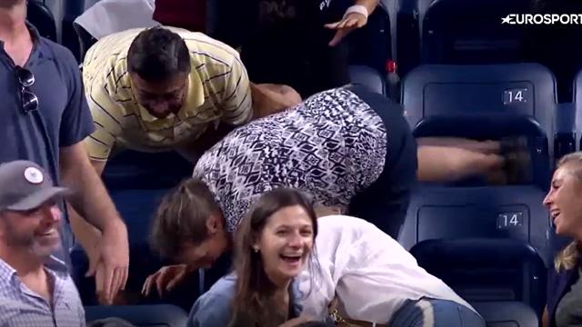 Женщина наплевала на риск травмироваться и перекатилась вниз по трибуне в попытке вырвать мяч