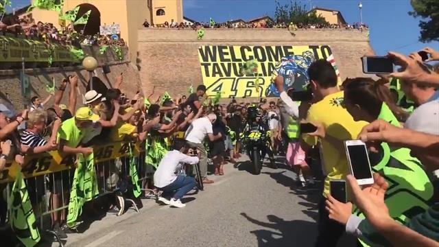 Valentino Rossi sfila a Tavullia con la M1, la città è in delirio