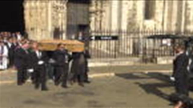 Décès - Le cercueil d'Anthoine Hubert sort sous les applaudissements