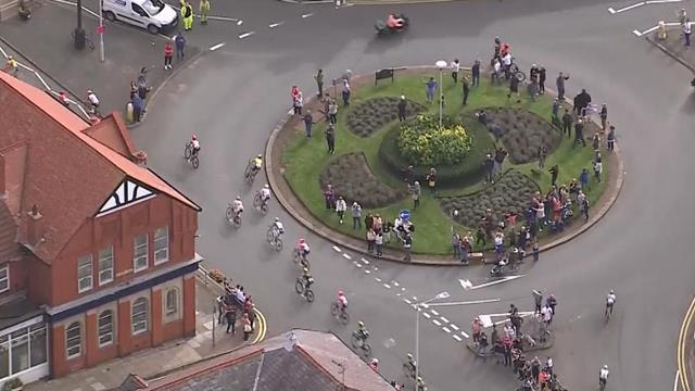 Конфуз на Туре Британии: гонщики свернули не туда и выехали на встречную