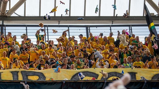 Une pluie d'ours en peluche pour la bonne cause : la magnifique image venue de Feyenoord