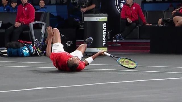 Циципас попал мячом между ног Кирьосу и свалил австралийца на корт