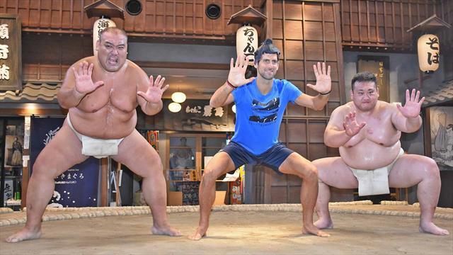 Au Japon, Djokovic s'essaie au sumo (sans grand avenir)