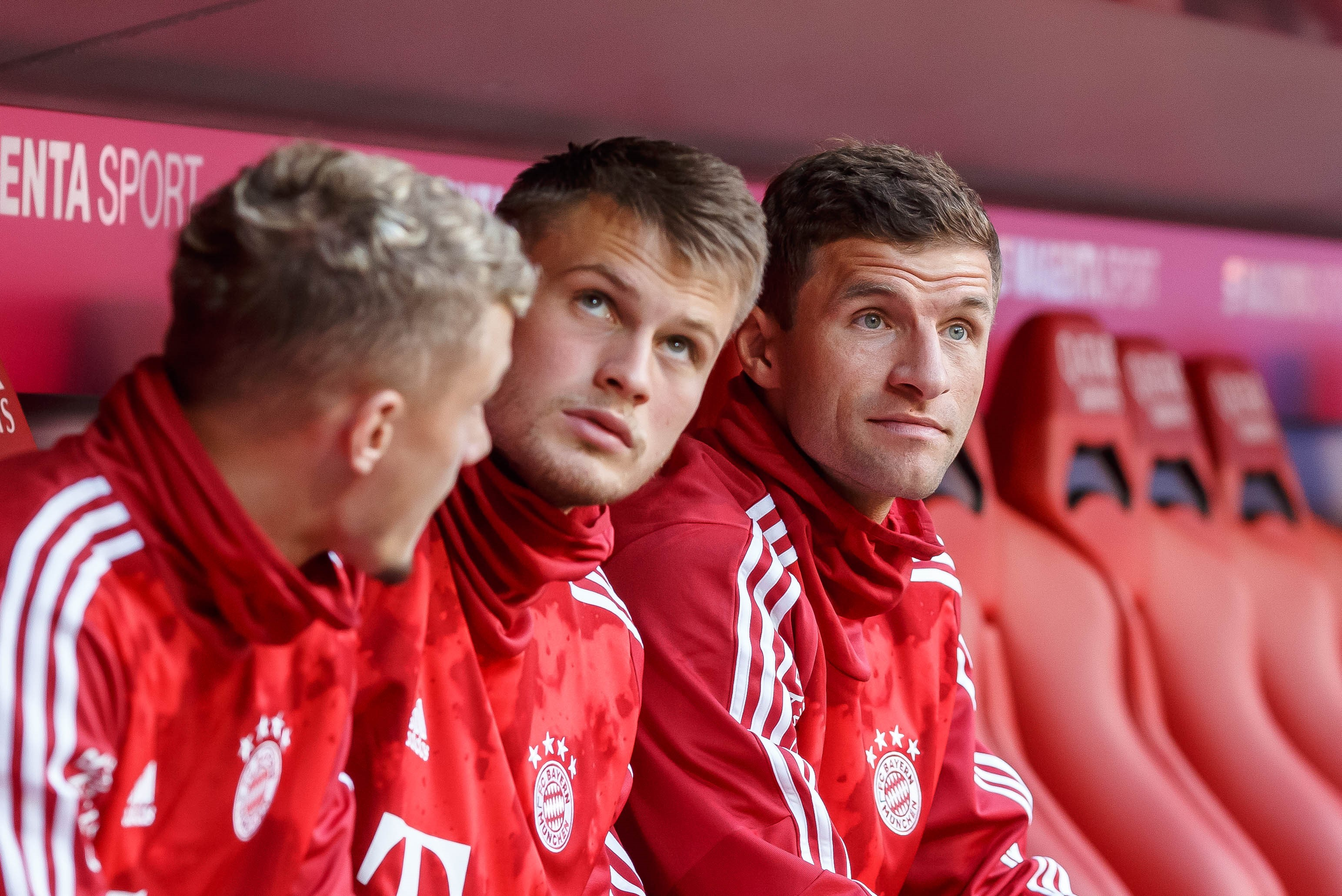 Thomas Müller (r.) auf der Bank des FC Bayern München