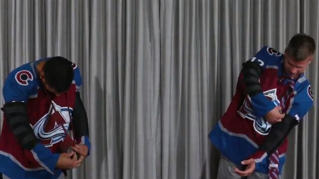 El reto imposible de la corbata en el hockey hielo: hacerse el nudo sin doblar los brazos