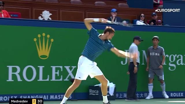 Медведев превратил ракетку в фарш после неудачного удара