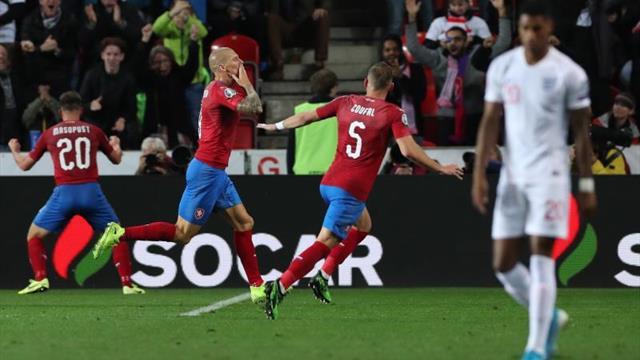 2-1. Inglaterra es víctima de sus propios errores y aplaza su clasificación