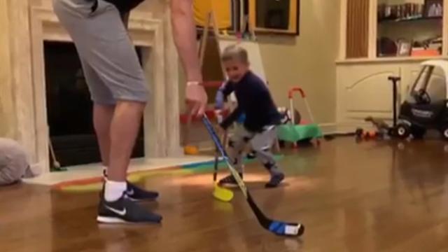 Малкин выложил милейшее видео, как играет в хоккей с трехлетним сынишкой