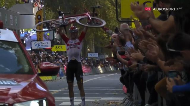 París-Tours 2019: ¡Al cielo con ella! Wallays celebró el triunfo alzando su bicicleta