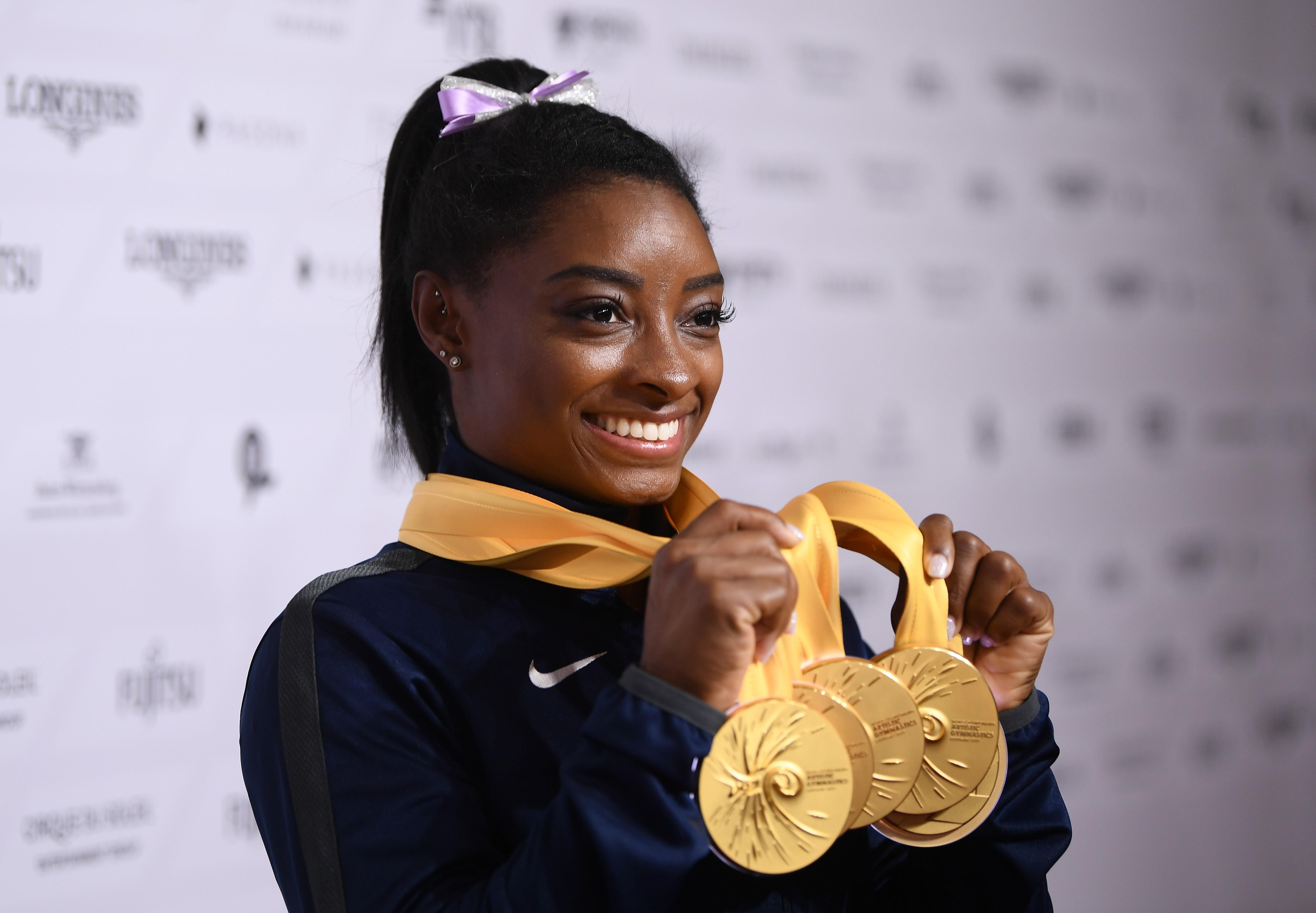 Simone Biles posa insieme ai 5 ori mondiali vinti ai Mondiali di Stoccarda, Getty Images