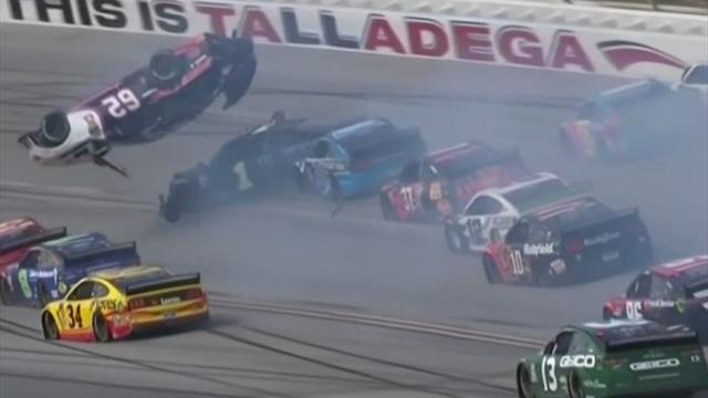 Spektakulärer NASCAR-Crash: Auto macht Flugrolle