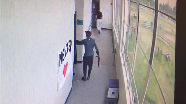 Ученический  тренер обезоружил стрелка, обняв его