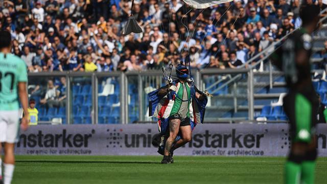 Surprise pour Lukaku, un parachutiste débarque sur la pelouse juste avant son penalty