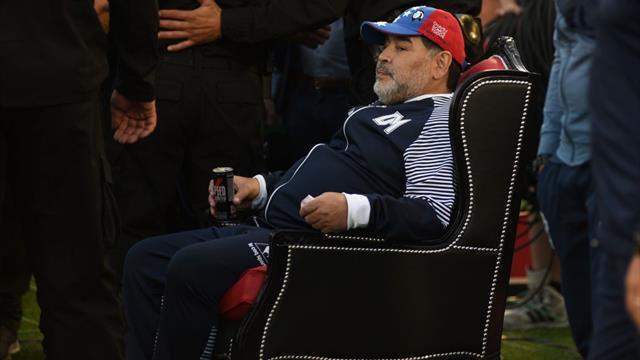 """Depuis son """"trône"""" au bord du terrain, Maradona assiste à une démonstration des siens"""
