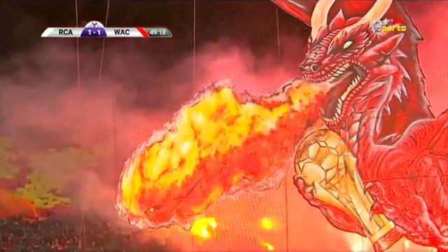 Un dragon met le feu au stade : incroyable tifo au Maroc