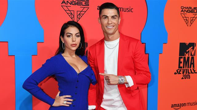 Криштиану в красном и Джорджина с бомбическим вырезом – страйкер «Юве» посетил церемонию MTV