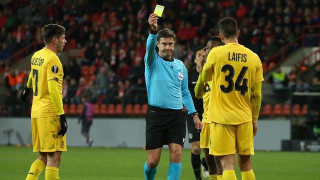 Bitter für Frankfurt: Schiedsrichter verwarnt falschen Gegenspieler