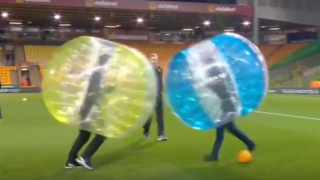 Невилл и Каррагер зарубились в футбол в надувных прозрачных шарах