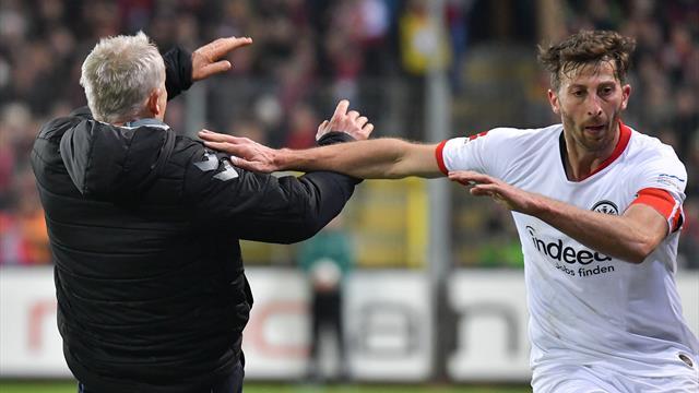Eintracht, che stangata! Squalifica di 7 turni ad Abraham per la spallata al tecnico del Friburgo