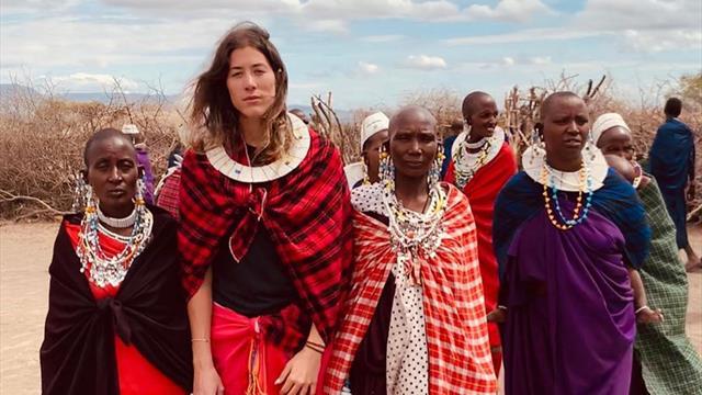 Muguruza prosigue sus vacaciones por África visitando una tribu masái