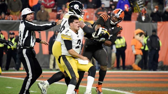 Colpisce in testa l'avversario usando il suo casco: follia di Garrett nella notte NFL