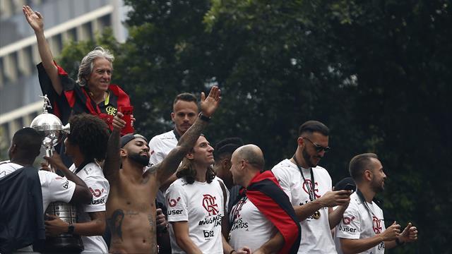 Flamengo, tifosi in delirio: Gabigol canta e balla a torso nudo sul bus scoperto