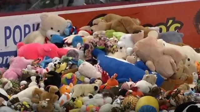 Récord Mundial de lanzamiento de peluches: 45.000 muñecos en la pista de hielo