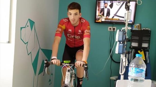 ¡Todo un ejemplo! Un joven ciclista español lucha contra la leucemia mientras sigue pedaleando