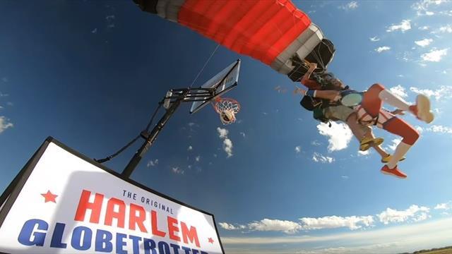 Los Harlem Globetrotters consiguen hacer un mate en paracaídas tras saltar desde 4.000 metros