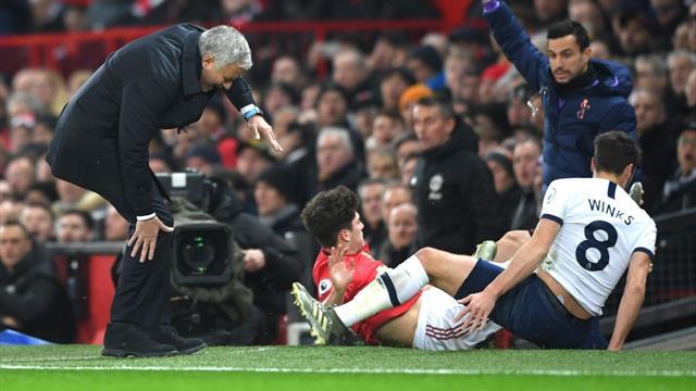 Mourinho, che rischio a Old Trafford! Il portoghese colpito duramente da James a bordo campo