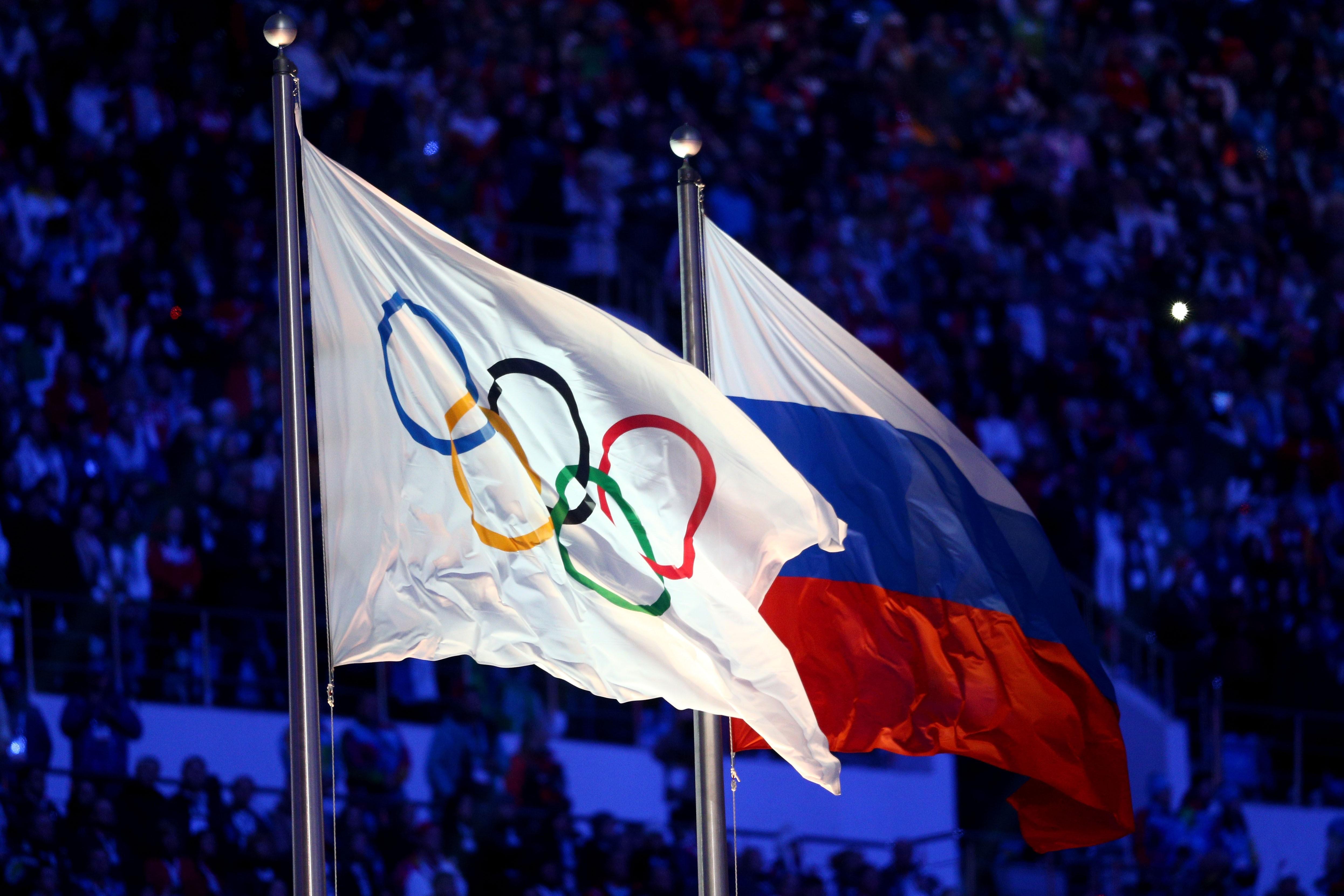 Olimpiyat bayrağı ve Rusya bayrağı