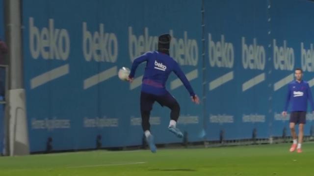 Суаресу понравилось забивать пяткой, и он вкрутил красоту на тренировке «Барселоны»