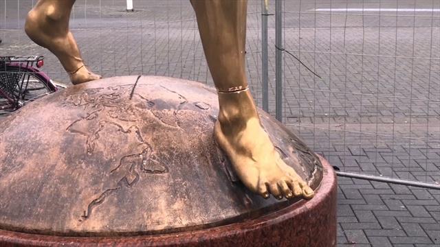 Statua di Ibrahimovic nuovamente danneggiata: i vandali hanno cercato di segarle le gambe