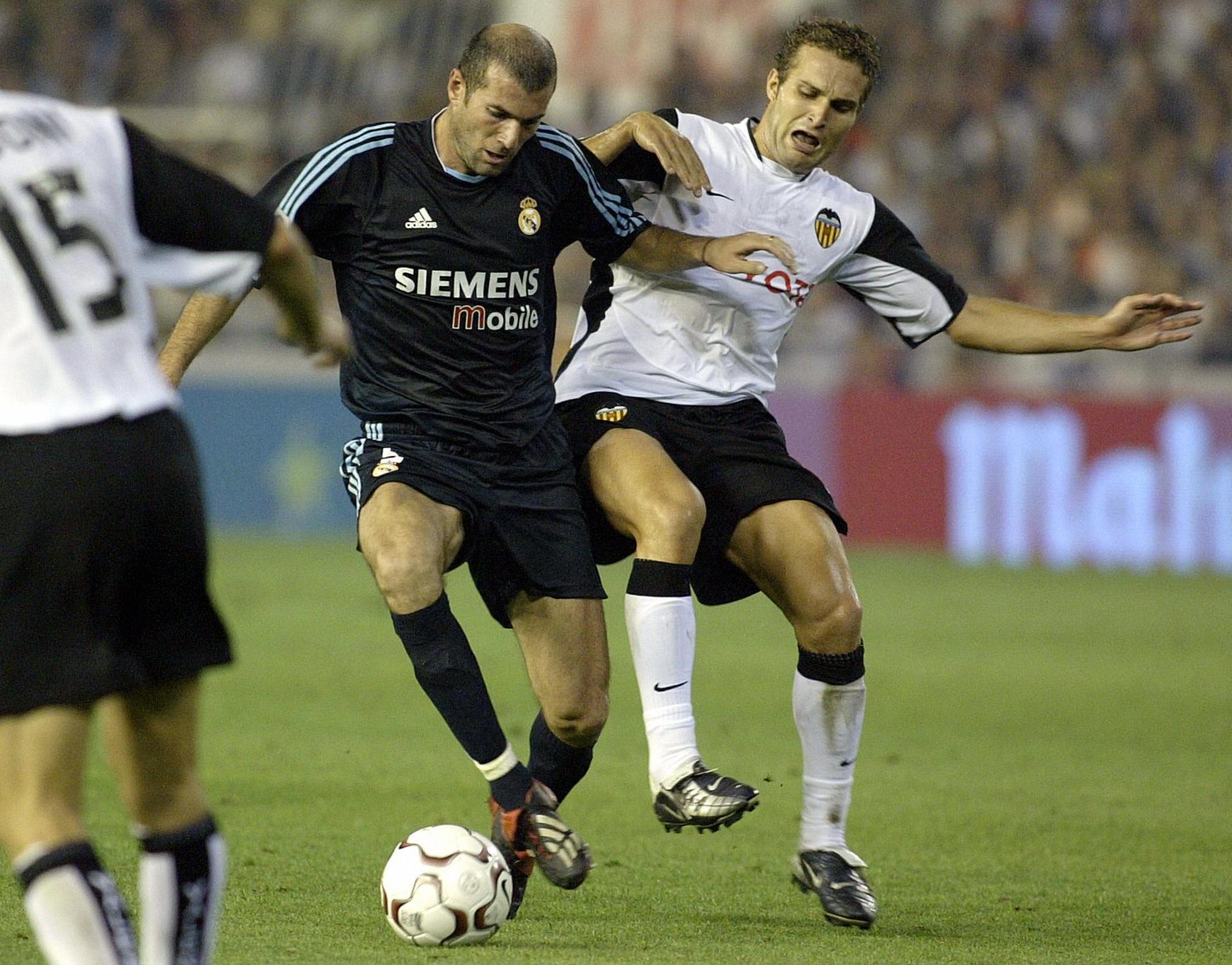 Ruben Baraja et Zinedine Zidanelors de FC Valence - Real Madrid le 27 septembre 2003