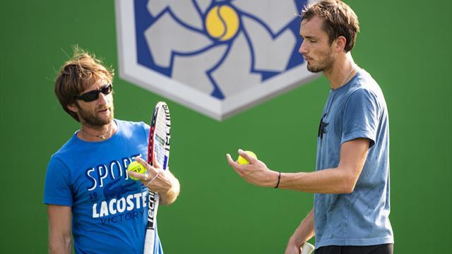 """""""Vas-y, pète-la ta raquette"""" : Entourage avec Cervara, le coach de l'atypique Medvedev"""