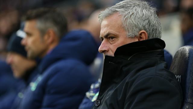 En plein match, Mourinho espionne le staff adverse et prend un carton jaune
