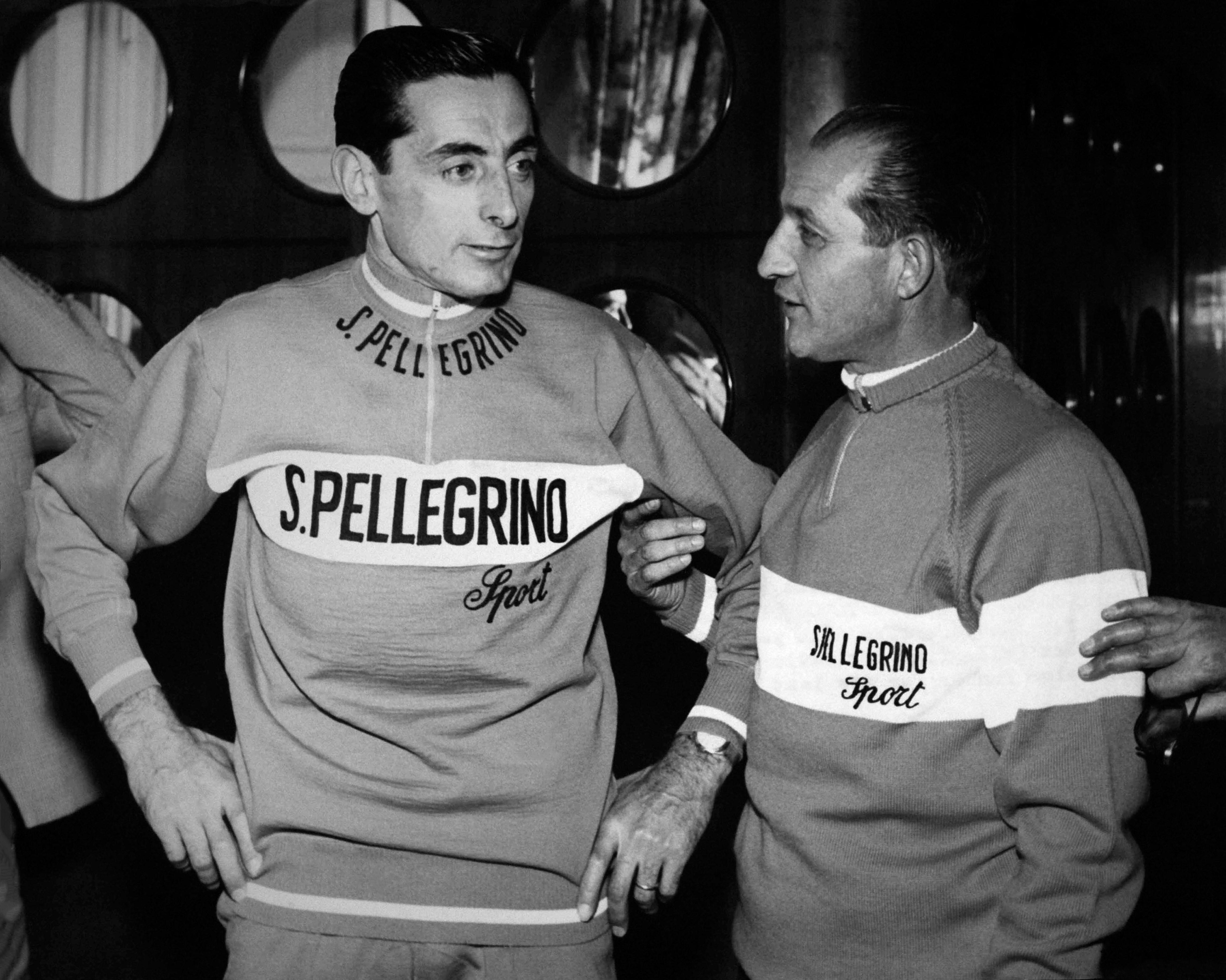 Fausto Coppi et Gino Bartali photographiés avant la conférence de presse où ils annonceront qu'ils vons concourir dans la même équipe, à Milan, Italie le 13 novembre 1959.
