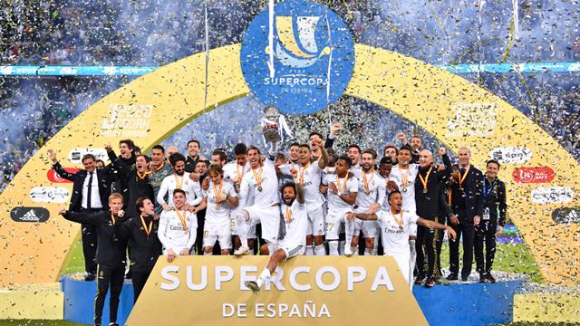 Her får Real Madrid-spillerne løfte Supercopa-pokalen