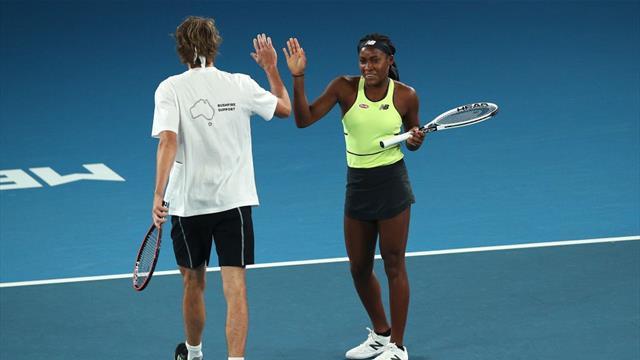 Australian Open, Rally for Relief: Gauff jugó uno contra tres mientras Djokovic hacia de camarero
