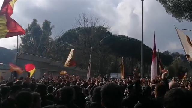 1500 tifosi della Roma a Trigoria: striscioni, cori e fumogeni per la squadra in vista del derby